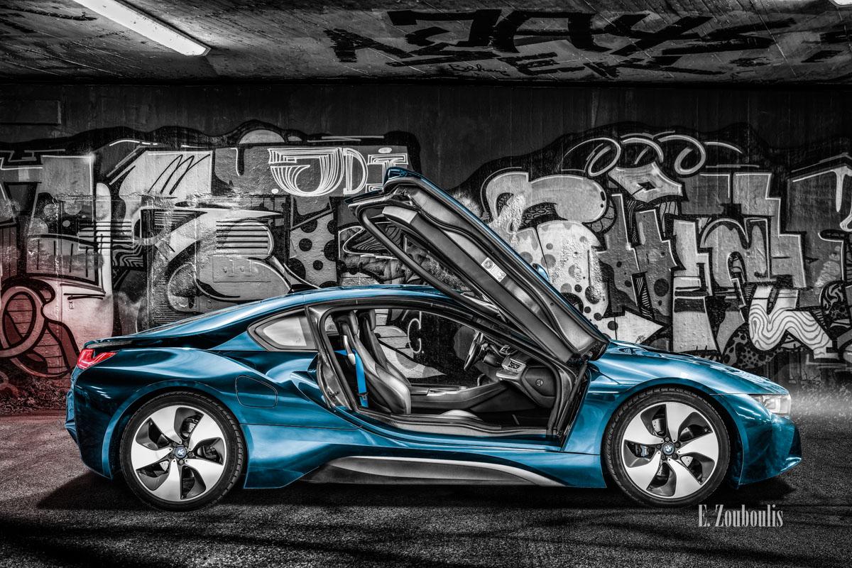 Ein BMW i8 vor einer Graffiti-Wand in Stuttgart