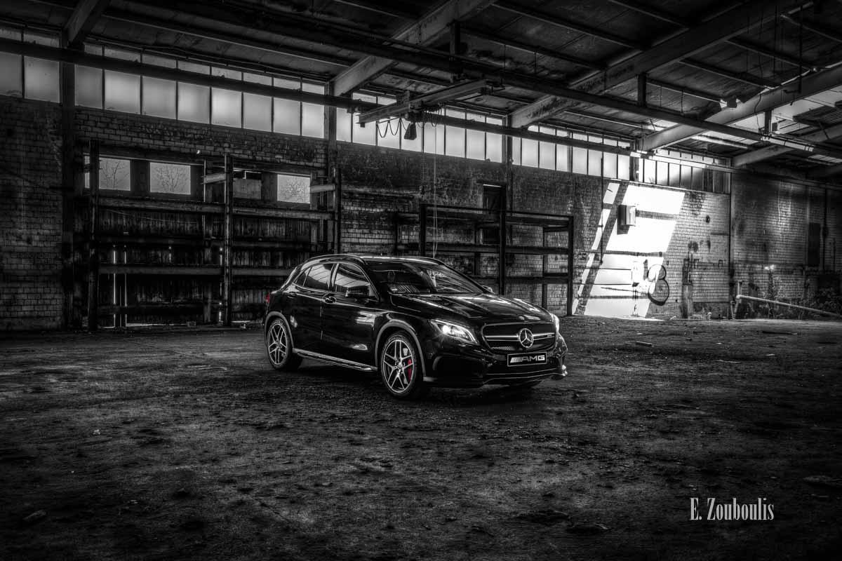 Bild eines Mercedes AMG GLA45 in einer verlassenen Fabrikhalle