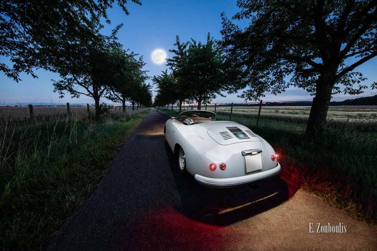 Porsche 356 Speedster bei Vollmond zwischen einer Baumallee am Abend