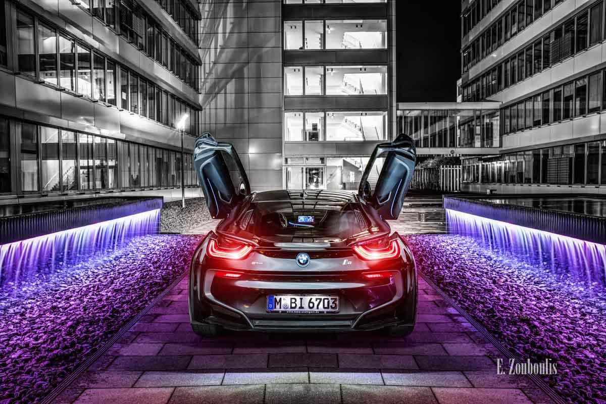 BMW i8 am Gelände der EnBW mit farbigem Wasserspiel