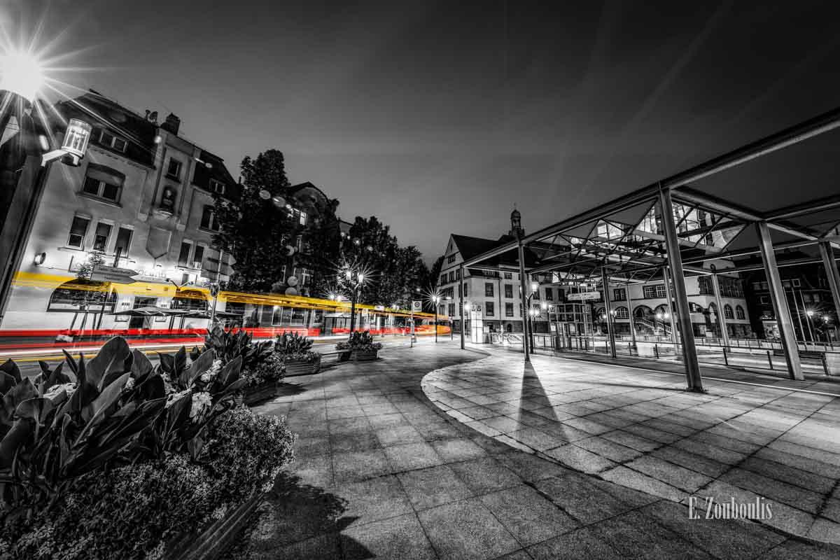Ein Bus, der über den Wilhelm Geiger Platz in Stuttgart Feuerbach 'fliegt'