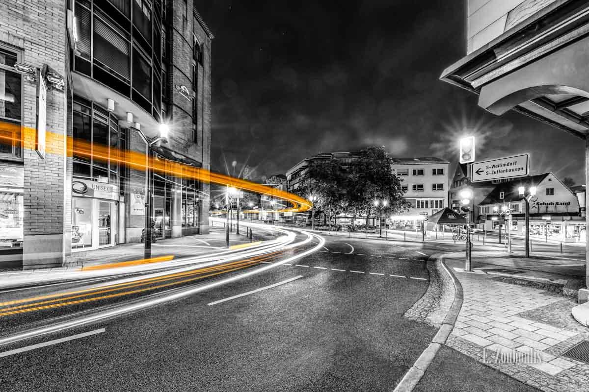 Ein Bus, der in Stuttgart Feuerbach durch die Stuttgarter Straße 'vorbeifliegt'