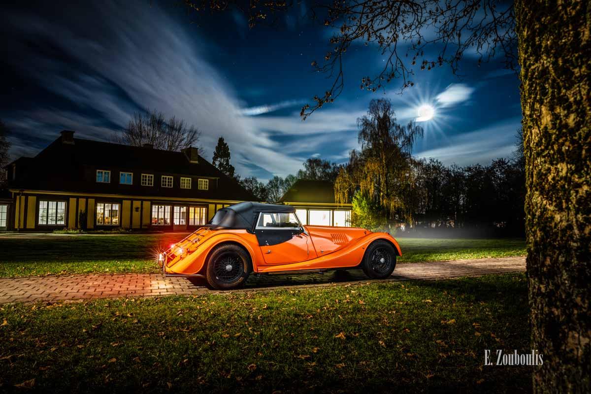 """Ein Morgan 4/4 mit seiner einzigartigen """"Morgan Orange"""" – Farbe vor der Villa Schwalbenhof in Gärtringen"""