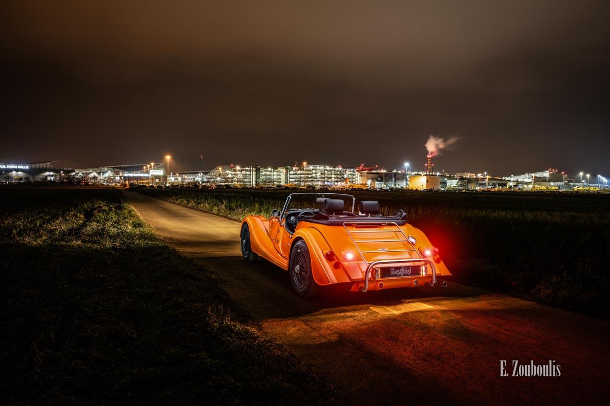 """Ein Morgan 4/4 mit seiner einzigartigen """"Morgan Orange"""" Farbe – in Stuttgart in der Nähe vom Flughafen"""