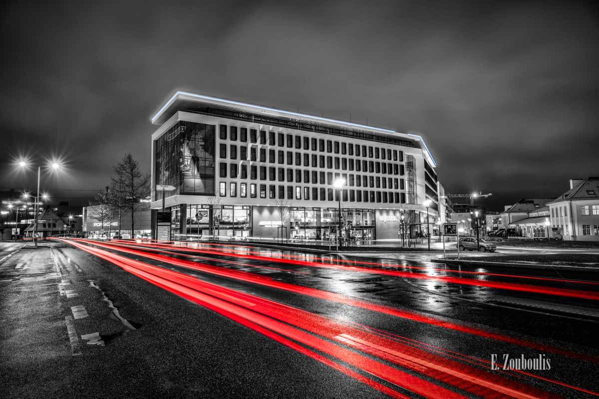 Verkehr vor dem V8 Hotel und Arthur Bechtel an der Motorworld in Böblingen bei Nacht