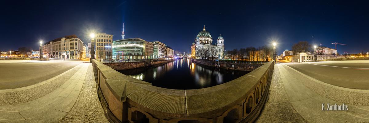 Die Ufer Berlins - 360 Grad Fotografie auf der Friedrichsbrücke in Berlin mit Blick auf den Berliner Dom bei Nacht