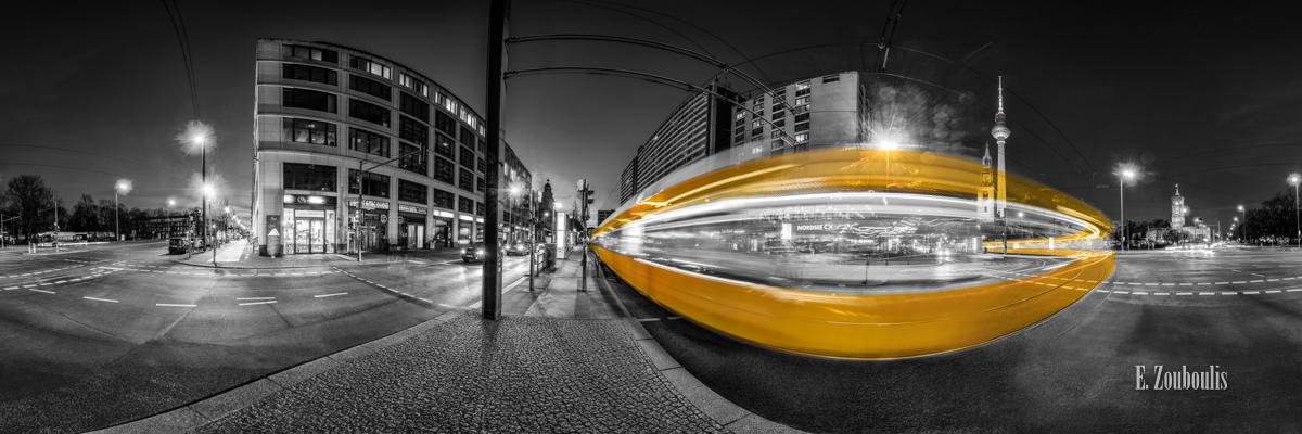 Berlin Lichtbogen Panorama - 360 Grad Fotografie an der Kreuzung Spandauer Straße in Berlin bei Nacht. ynamisches Bild in Schwarzweiß mit vorbeiziehender Straßenbahn in gelber Farbe